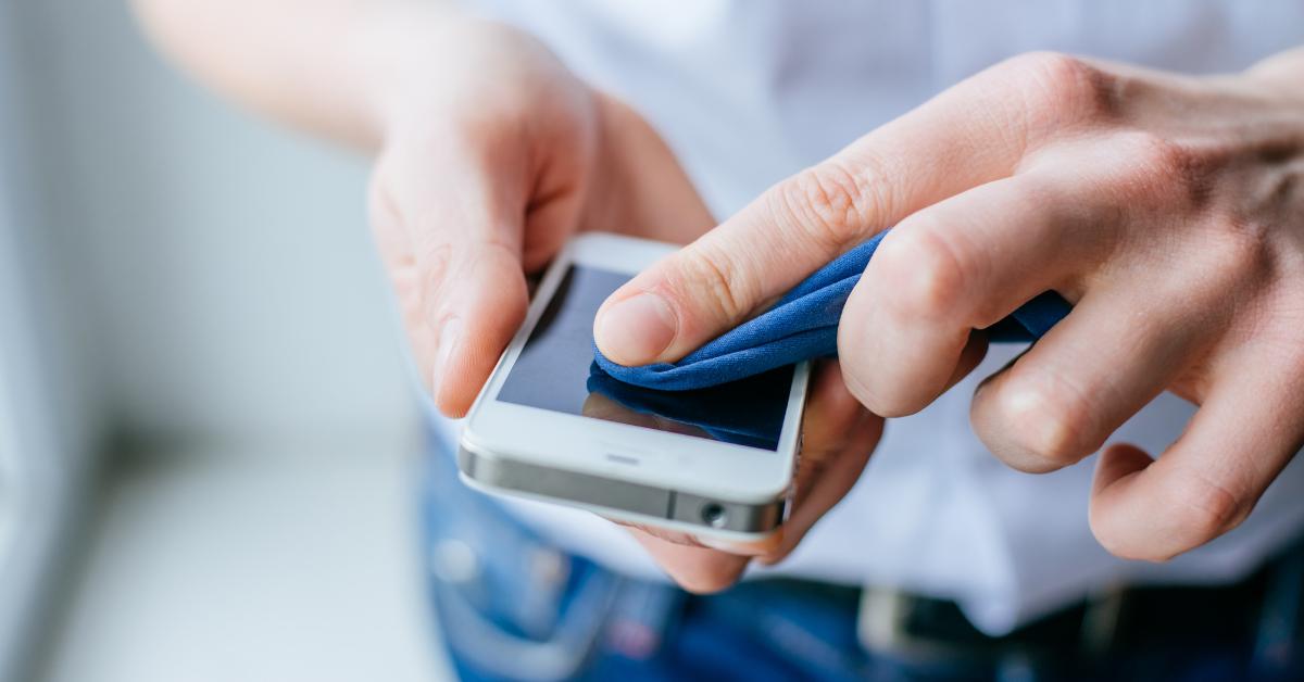 Disinfettare solo le mani o anche lo smartphone?